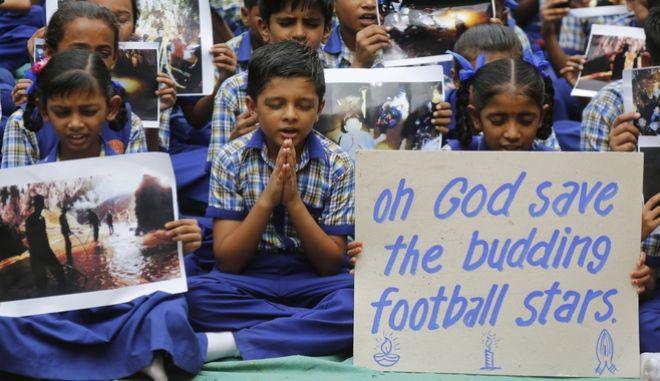 Μαθητές στην Ινδία προσεύχονται για τα 12 παιδιά και τον προπονητή τους που εγκλωβίστηκαν στη σπηλιά της Ταϊλάνδης