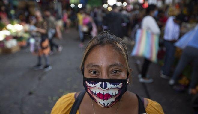 Γυναίκα με μάσκα στη Γουατεμάλα