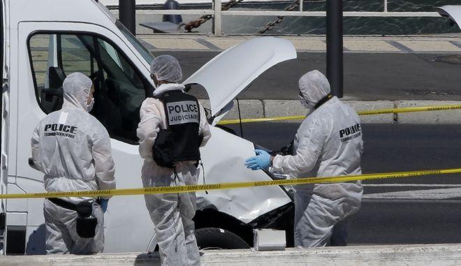 Γάλλοι αστυνομικοί ερευνούν λεωφορείο που ενεπλάκη σε τροχαίο