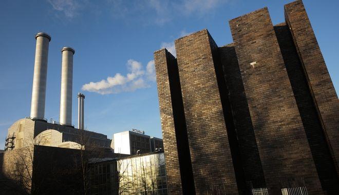 Μόλυνση της ατμόσφαιρας από στοίβα καμινάδας του εργοστασίου παραγωγής θέρμανσης