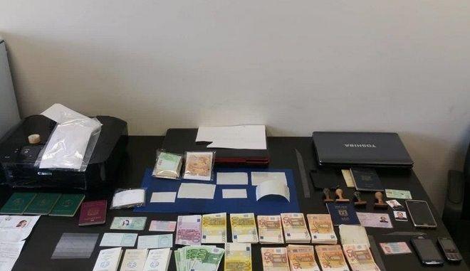 Πάνω από 1.000.000 ευρώ τα κέρδη εγκληματικής οργάνωσης πλαστογράφησης εγγράφων για αλλοδαπούς