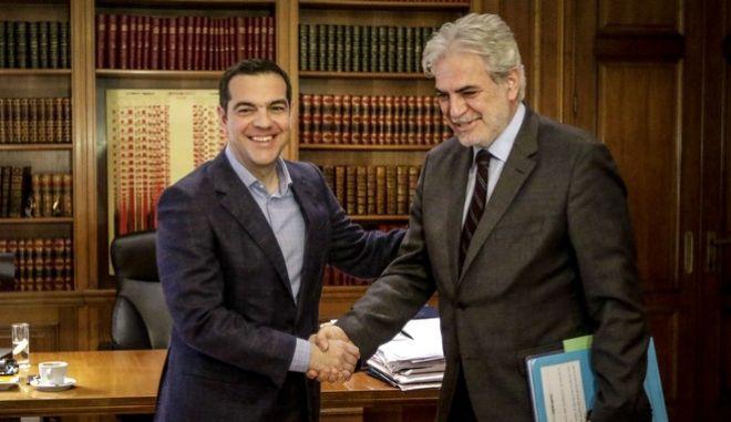 Ο πρωθυπουργός Αλέξης Τσίπρας με τον Ευρωπαίο Επίτροπο Ανθρωπιστικής Βοήθειας και Διαχείρισης Κρίσεων, Χρήστο Στυλιανίδη (EUROKINISSI/ΓΙΑΝΝΗΣ ΠΑΝΑΓΟΠΟΥΛΟΣ)