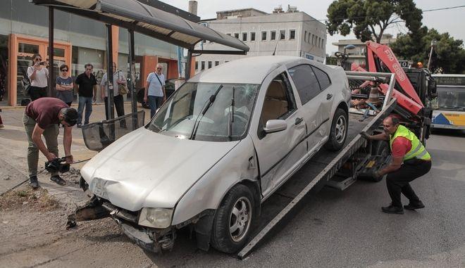 Τροχαίο σημειώθηκε  στη Μεταμόρφωση, όταν αυτοκίνητο έπεσε πάνω σε στάση λεωφορείου με αποτέλεσμα να χάσει τη ζωή του ένα άτομο.