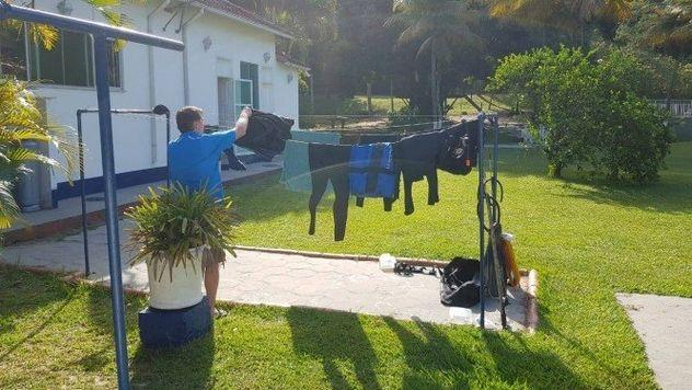 Ο Μπολσονάρο κάνει δουλειές και απλώνει τα ρούχα στο εξοχικό του
