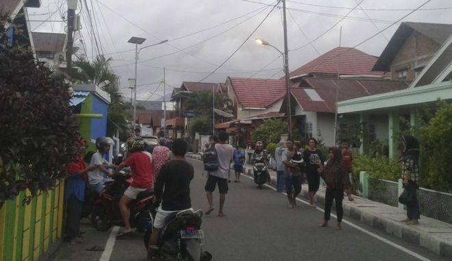 Ένας νεκρός, εκατοντάδες κατεστραμμένα σπίτια μετά τον σεισμό 7,3 Ρίχτερ στην Ινδονησία