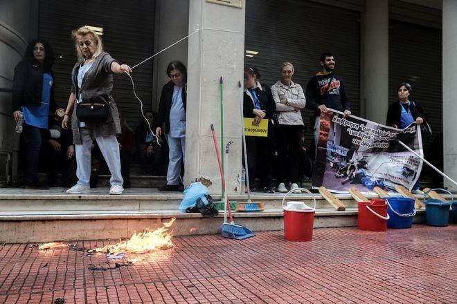 Διαμαρτυρία καθαριστριών του Δρομοκαΐτειου Ιδρύματος στο υπουργείο Υγείας