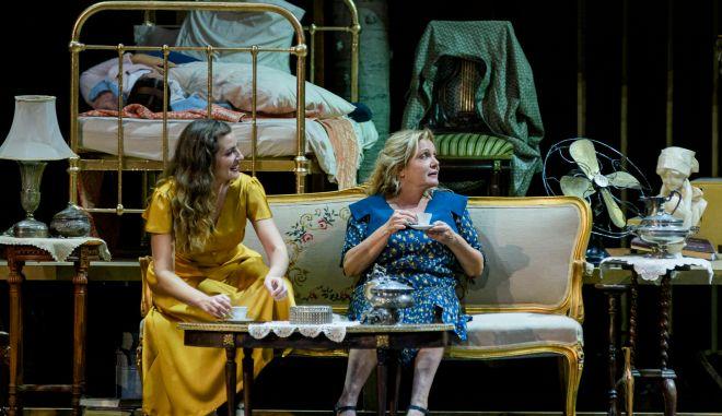 Η Μαρία Καβογιάννη (δεξιά) και η Μαρία Κίτσου σε σκηνή της παράστασης