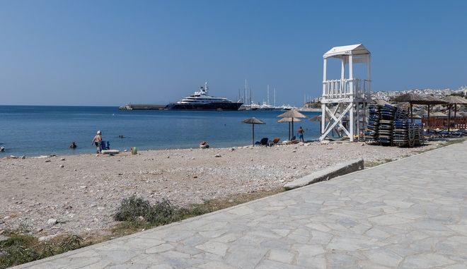 """Στιγμιότυπο από την παραλία """"Βοτσαλάκια"""" στον Πειραιά"""