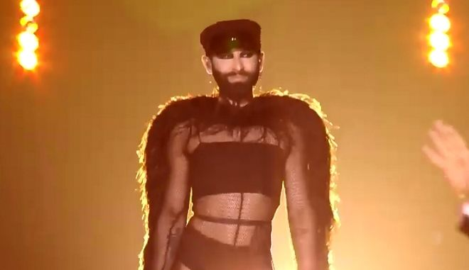 Eurovision 2019: Ανατρεπτική η εμφάνιση της Κοντσίτα με πούπουλα, καλσόν και καπέλο