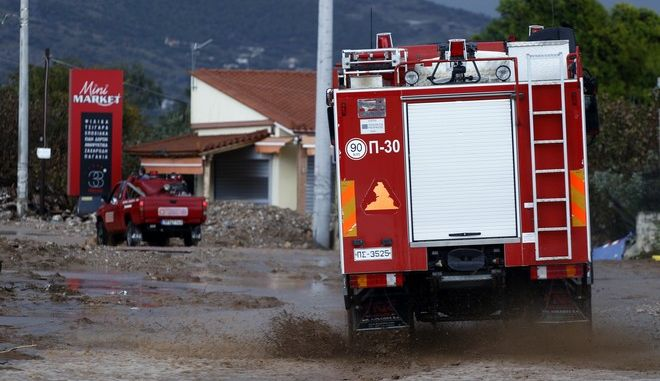 Όχημα της Πυροσβεστικής σε πλημμυρισμένο δρόμο