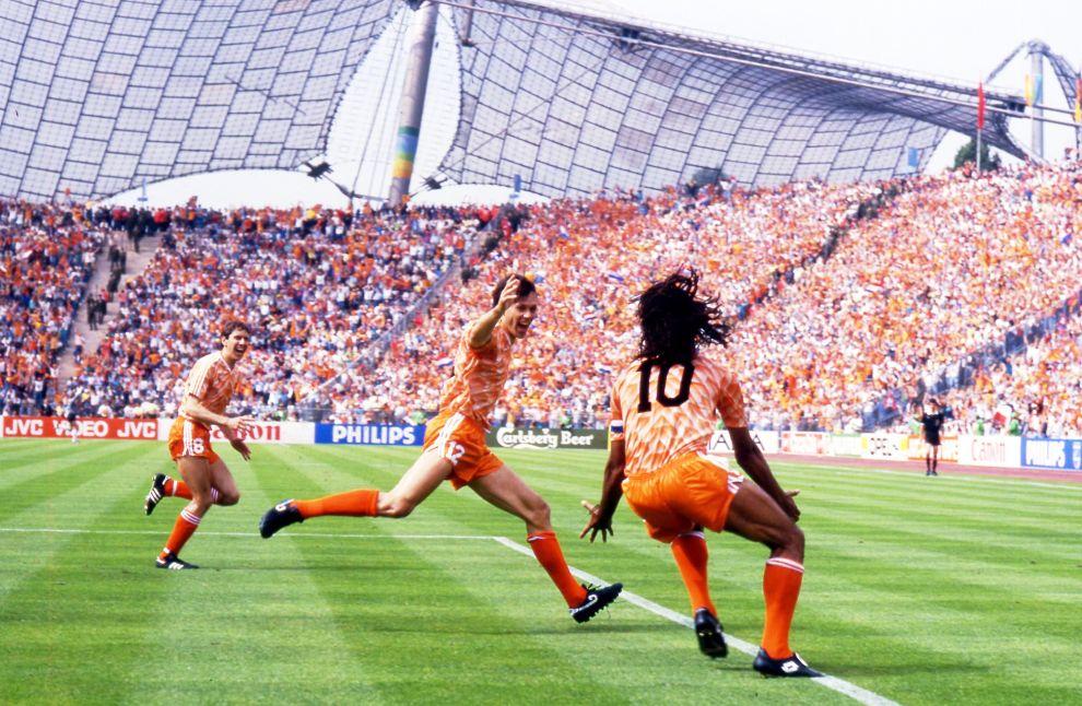 Ο Φαν Μπάστεν έχει πετύχει το γκολ των γκολ στον τελικό του 1988 με τη Σοβιετική Ένωση και πανηγυρίζει μαζί με τον Γκούλιτ. Στο βάθος με το