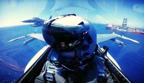 Η φωτογραφία - επίδειξη ισχύος τουρκικών F-16 πάνω από το Γιαβούζ και η απάντηση από τους Έλληνες πιλότους