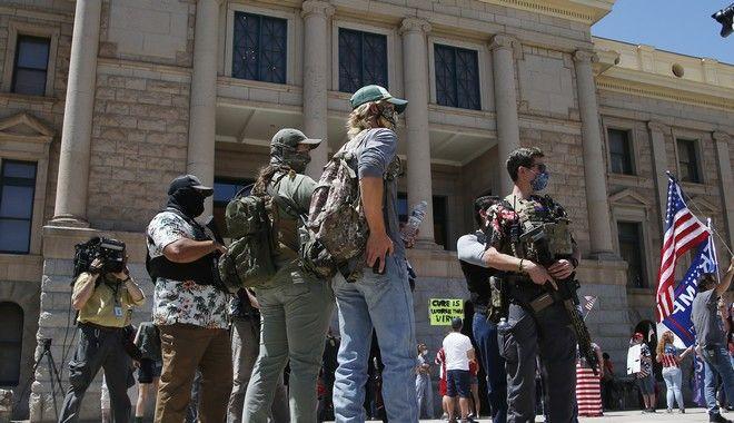 Διαδηλωτές με όπλα στο Φοίνιξ. (AP Photo/Ross D. Franklin)