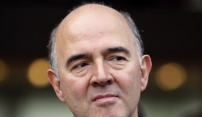 French Economy, Finance and Foreign Trade Minister, Pierre Moscovici (C) arrives for a meeting marking the 40th anniversary of the France zone with Ivory Coast's president, on October 5, 2012 in Paris.  AFP PHOTO KENZO TRIBOUILLARD