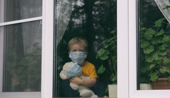 Ένα παιδί με μάσκα λόγω κορονοϊού