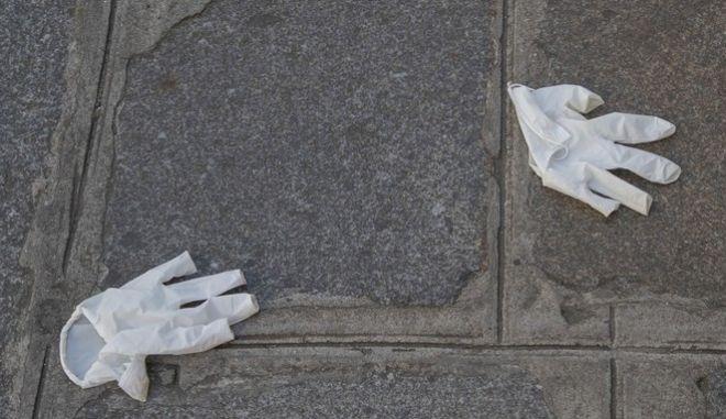 Γαλλία. Γάντια στον δρόμο στην εποχή του κορονοϊού