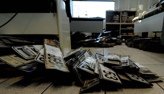 """Περισσότεροι απο 1750 τρικαλινοί έχουν παραδώσει μέχρι το πρωί της Πέμπτης 12 Ιανουαρίου 2012 τις πινακίδες των αυτοκινήτων στη ΔΟΥ, ώστε να μην χρειαστεί... να πληρώσουν τα """"αλμυρά"""" τέλη κυκλοφορίας, τα υψηλά ασφάλιστρα αλλά και το υψηλό κόστος συντήρησης. Όσοι κάτοχοι αυτοκινήτων αδυνατούν να ανταπεξέλθουν στα έξοδα του τετρατρόχου τους, προτιμούν να το στερηθούν προσωρινά, καταθέτοντας τις πινακίδες του και θέτοντάς το σε ακινησία. Για το νομό Τρικάλων οι εκτιμήσεις σε απόλυτους αριθμούς κάνουν λόγω ακόμη και για αύξηση του φαινομένου 80%, σε σχέση με πέρισυ, που κατατέθηκαν στην εφορία λίγες περισσότερες απο 1000 πινακίδες. (EUROKINISSI/ΘΑΝΑΣΗΣ ΚΑΛΛΙΑΡΑΣ)"""