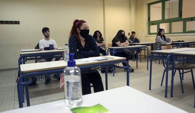 Μαθητές λυκείου με μάσκες.