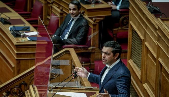 Ο πρόεδρος του ΣΥΡΙΖΑ στο βήμα, υπό το βλέμμα του πρωθυπουργού (Φωτογραφία αρχείου)