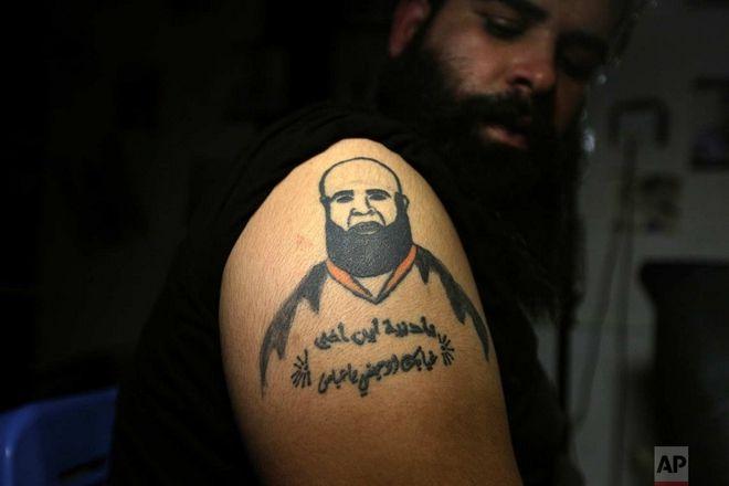 Ο Ζουχαΐρ Ατβάν δείχνει το τατουάζ με τον αδερφό του, ο οποίος σκοτώθηκε σε κάποιο βίαιο περιστατικό
