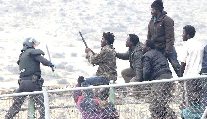 Aψιμαχία αστυνομικού με μετανάστες στην Μελίγια