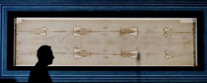 Η Ιερά Σινδόνη όπως εκτίθεται σε παρεκκλήσι του Καθεδρικού του Τορίνου