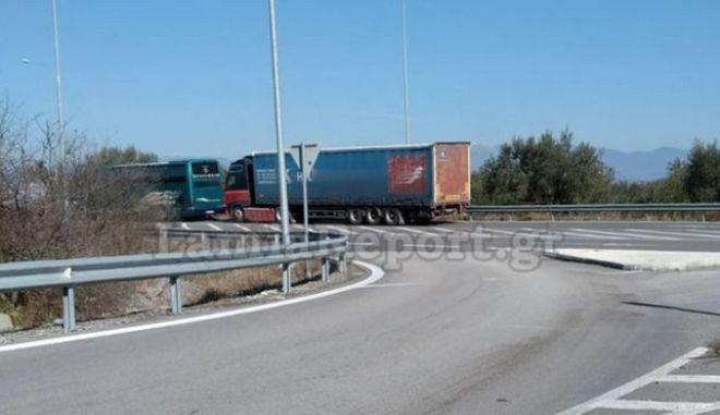 Λαμία: Σύγκρουση νταλίκας με ΚΤΕΛ - Δεν σημειώθηκαν τραυματισμοί