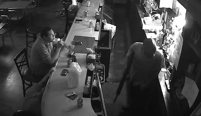Τέρας ψυχραιμίας: Ληστής τον απειλεί με καραμπίνα και εκείνος ανάβει τσιγάρο