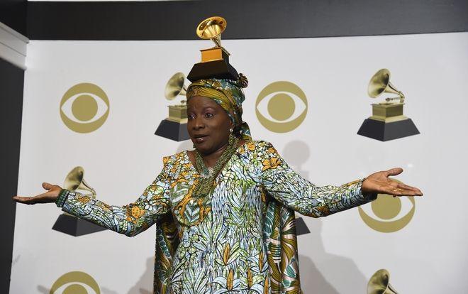 Η Angelique Kidjo ποζάρει στα Grammys 2020 με το βραβείο της