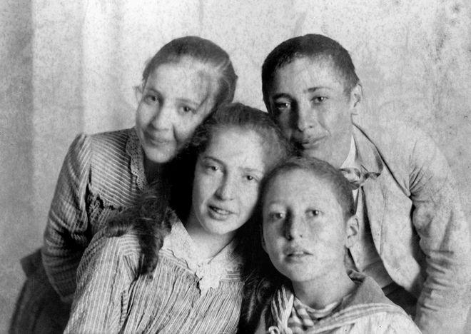 Ο Ίων με τα αδέλφια του Εύφη και Νίκο (πίσω) και Χαρίκλεια (μπροστά). Με τον φακό του Νίκου Κοντογιαννάκη, αδελφού της μητέρας τους, Ελίζας Δραγούμη, 1890 περίπου