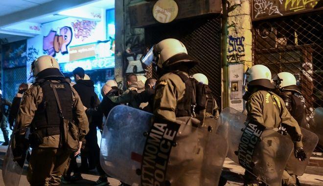 Άνδρες της Αστυνομίας στα Εξάρχεια μετά την πορεία για την επέτειο του Πολυτεχνείου
