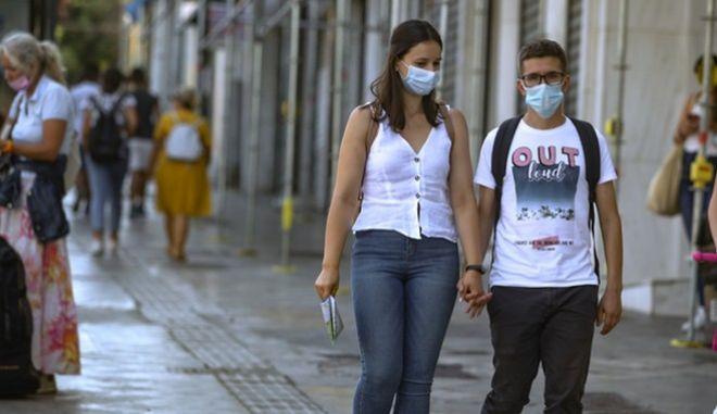 Άνθρωποι με μάσκα στην Αττική