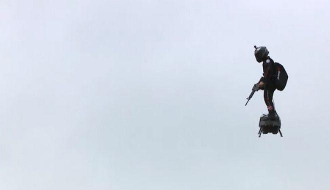 """Εφευρέτης του Flyboard """"πέταξε"""" πάνω από το κεφάλι του Μακρόν"""