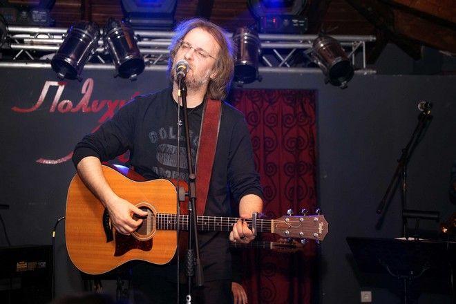 O τραγουδιστής και τραγουδοποιός Μίλτος Πασχαλίδης εμφανίστηκε χθες το βράδυ στα Γιάννινα και ερμήνευσε τραγούδια του.