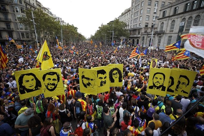 Εικόνα από την κινητοποίηση στη Βαρκελώνη κατά της καταδίκη των αυτονομιστών ηγετών