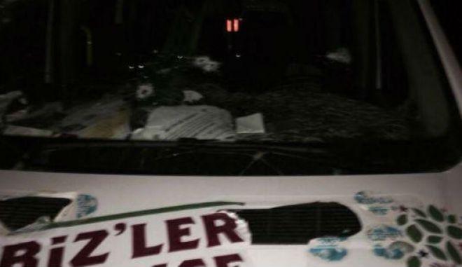 Ένας νεκρός από πυρά σε λεωφορείο προεκλογικής εκστρατείας του φιλοκουρδικού κόμματος