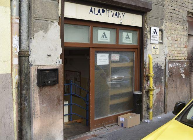 Η είσοδος χώρου που προορίζεται για την φιλοξενία αστέγων κατά τη διάρκεια της ημέρας, στην όγδοη περιφέρεια της Βουδαπέστης. Οι χώροι εκτός από ακατάλληλοι δεν μπορούν να φιλοξενήσουν όλους τους αστέγους της πόλης