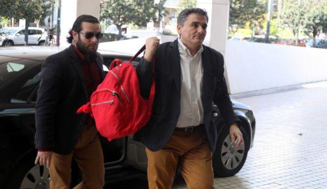 """Ο υπουργός Οικονομικώων Ευκλείδης Τσακλώτος εισέρχεται στο ξενοδοχέιο """"Hilton"""" για την συνάντηση με τους εκπροσώπους των θεσμών την Δευτέρα 4 Απριλίου 2016. (EUROKINISSI/ΑΛΕΞΑΝΔΡΟΣ ΖΩΝΤΑΝΟΣ)"""