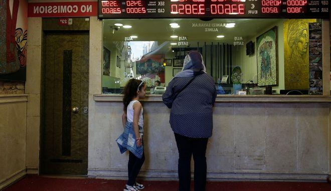 Συνεχίζεται η πτώση της τουρκικής λίρας έναντι του δολαρίου