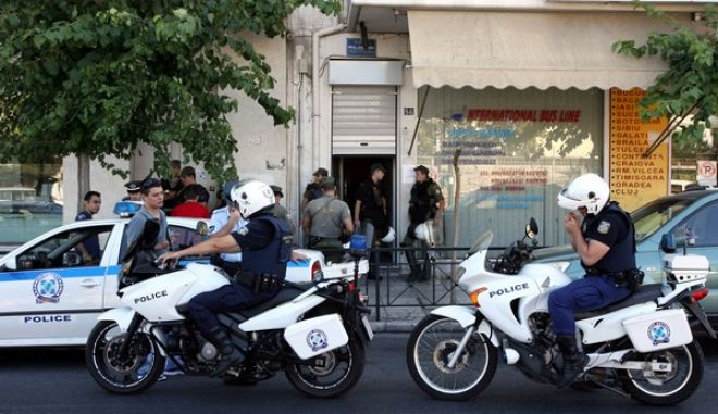 'Ερευνα της αστυνομίας παρουσία εισαγγελέα στα γραφεία της Χρυσής Αυγής στην οδό Δεληγιάννη.Η αστυνομία πραγματοποιήησε έρευνα μετά την δολοφονία Παύλου Φύσσα,από 54χρονο ακροδεξιό,Τετάρτη 18 Σεπτεμβρίου 2013 (EUROKINISSI/ΤΑΤΙΑΝΑ ΜΠΟΛΑΡΗ)