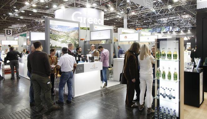 Düsseldorf, DEU, 14.3. 2016. Die Leitmesse ProWein ist alljährlich der ultimative Treffpunkt der internationalen Wein- und Spirituosenbranche. 6.200 Aussteller aus 59 Ländern präsentierten sich zur ProWein 2016 vom 13. bis 15. März in Düsseldorf.  Etwa 420 internationale Spirituosen-Anbieter zeigten einen anspruchsvollen Mix aus bewährten Klassikern, landestypischen Kostbarkeiten und ausgefallenen Neuvorstellungen. Auch Innovationen und Entwicklungen im Bereich Zubehör für die Wein- und Spirituosenbranche fanden sich in Düsseldorf. | ProWein is the Leading Trade Fair and a unique meeting point for the international Wine and Spirits Sector. 6,200 exhibitors from 59 countries were present at ProWein 2016, from 13 to 15 March in Düsseldorf. Around 420 international spirits suppliers showed a sophisticated, high-quality mix consisting of tried-and-tested classics, regional-specific delicacies and exceptional new products. Innovations and new developments in accessories for the wine and spirits sector were also on display in Düsseldorf.Foto: Messe Düsseldorf, Constanze Tillmann. Exploitation right Messe Düsseldorf, M e s s e p l a t z, D-40474 D ü s s e l d o r f, www.messe-duesseldorf.de; eine h o n o r a r f r e i e  Nutzung des Bildes ist nur für journalistische Berichterstattung, bei vollständiger Namensnennung des Urhebers gem. Par. 13 UrhG (Foto: Messe Düsseldorf / ctillmann) und Beleg möglich; Verwendung ausserhalb journalistischer Zwecke nur nach schriftlicher Vereinbarung mit dem Urheber; soweit nicht ausdrücklich vermerkt werden keine Persönlichkeits-, Eigentums-, Kunst- oder Markenrechte eingeräumt. Die Einholung dieser Rechte obliegt dem Nutzer; Jede Weitergabe des Bildes an Dritte ohne  Genehmigung ist untersagt | Any usage and publication only for editorial use, commercial use and advertising only after agreement; unless otherwise stated: no Model release, property release or other third party rights available; royalty free only with mandatory credit: photo