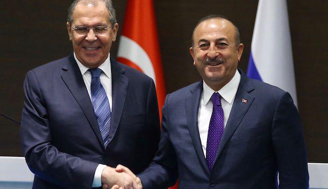 Ο ΥΠΕΞ της Τουρκίας, Μεβλούτ Τσαβούσογλου με τον Ρώσο ΥΠΕΞ, Σεργκέι Λαβρόφ.