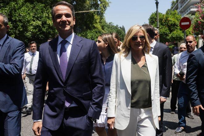 Ο Κ.Μητσοτάκης και η σύζυγός του Μαρέβα καθ' οδόν για το Προεδρικό Μέγαρο
