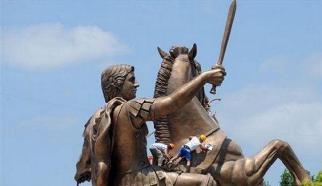 """Ο """"Έφιππος Πολεμιστής"""" στήθηκε στα Σκόπια"""