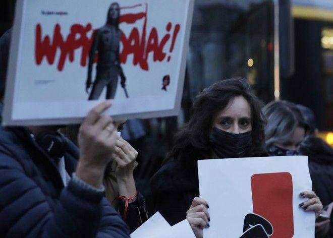 Χιλιάδες μπλοκάρουν διαμαρτυρίες για άμβλωση σε πολωνικές πόλεις