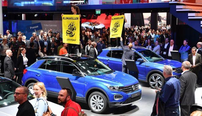 Ακτιβιστές στην έκθεση αυτοκινήτου της Φρανκφούρτης