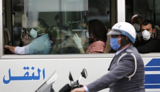 Επιβάτες λεωφορείου με μάσκα