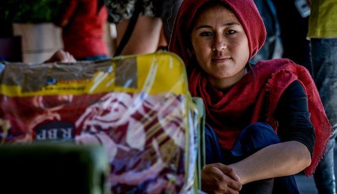 Πρόσφυγες που έχουν ολοκληρώσει τις διδικασίες ασύλου και έχουν λάβει άδεια παραμονής στην χώρα,παραμένουν στην Πλατεία Βικτωρίας από την Παρασκευή το βράδυ που ήρθαν από την Λέσβο, Τρίτη 16 Ιουνίου 2020 (EUROKINISSI/ΤΑΤΙΑΝΑ ΜΠΟΛΑΡΗ)