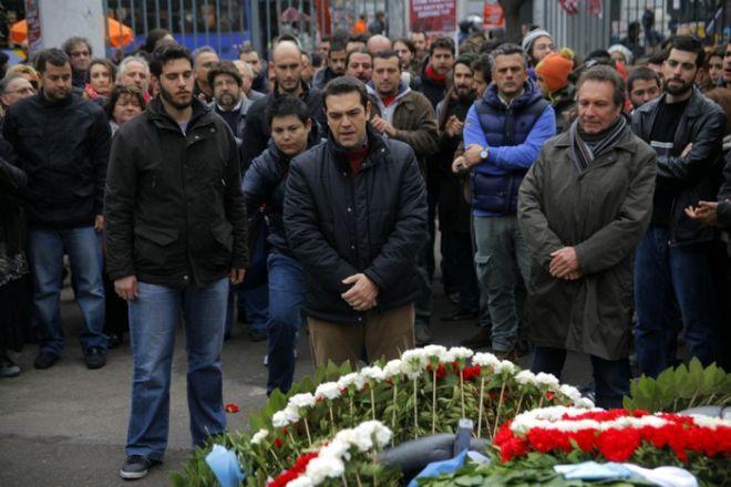 17-11-2011-ΑΘΗΝΑ-Ο Πρόεδρος της Κ.Ο. του ΣΥΡΙΖΑ, Αλέξης Τσίπρας, συνοδευόμενος από τον συμπρόεδρο του κόμματος Die Linke, Klaus Ernst και αντιπροσωπεία της Νεολαίας του ΣΥΝΑΣΠΙΣΜΟΥ, καταθέσαν στεφάνι στο χώρο του Πολυτεχνείου.(EUROKINISSI)
