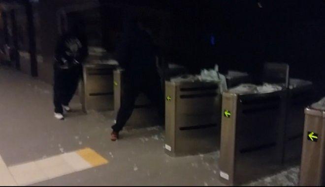 Βίντεο: Η στιγμή που οι κουκουλοφόροι τα κάνουν γυαλιά καρφιά στο σταθμό του ΗΣΑΠ στον Περισσό